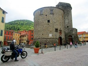 Varese Ligure: la torre del borgo rotondo
