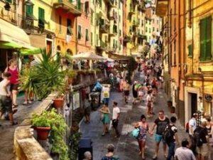 Riomaggiore: strada affollata