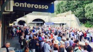 folla alla stazione di Monterosso